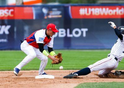 20170903 U 18 Baseball World Cup Prieto Cuba Kozono Japan (Christian J Stewart-WBSC)