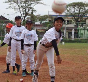 オーストラリア女子野球選手らがインドネシアの少女たちに野球の楽しさを伝え自信を育てる