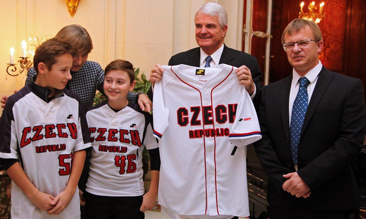 プラハのアメリカ大使館がチェコ野球連盟に栄誉を称えられる