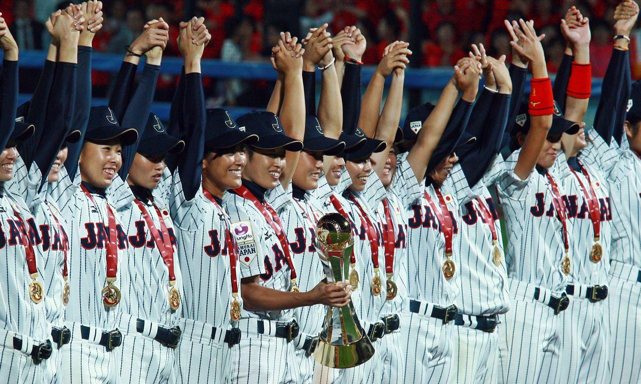 優勝トロフィーが日本の野球殿堂博物館で公開 女子ベースボールワールドカップ2016